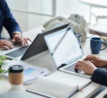 Laptopy w XXI wieku stały się niezastąpionym narzędziem pracy, które daje szereg możliwości zarówno dla przedsiębiorców, jak i pracowników biurowych