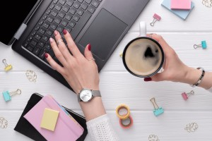 woman-with-minimal-pink-spring-summer-manicure-design-typing-on-keyboard